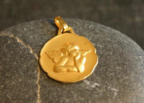 medaille or jaune - bijouterie saint brieuc - reparation bijoux saint brieuc